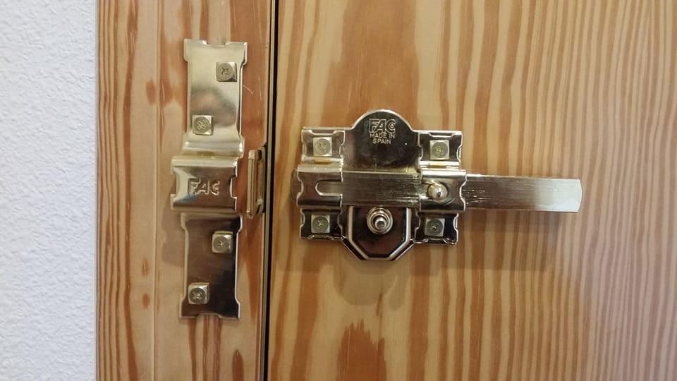 Colocacion de cerrojo fag sin rotura cerrajeriajsanchez for Cerrojo para puerta de bano